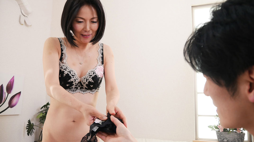111718_377 奥さん、今はいてる下着を買い取らせて下さい!〜魅惑の黒のTバック〜